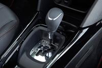 センターコンソールに配置されたレバー式のシフトセレクター。マイナーチェンジにより、エンジンとトランスミッションは特別仕様車「2008クロスシティ」と同じ1.2リッター直噴ターボとトルコン式6段ATの組み合わせとなった。