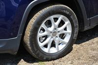 「ロンジチュード」の17インチアルミホイール。タイヤ空気圧のモニタリングシステムも与えられる。