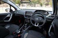 専用デザインのシートやドアグリップ、フロアマットなどでコーディネートされた「2008 CROSSCITY」のインテリア。