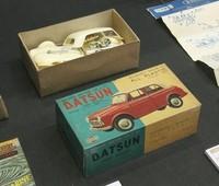 1959年に「和工」というメーカーが実車の販促用として作ったという「ダットサン1000」。アメリカ製キットを参考に作られたため、スケールもアメリカ特有の1/25である。