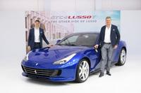 「フェラーリGTC4ルッソT」と、フェラーリ極東・中東エリア統括 CEOのディーター・クネヒテル氏(右)、フェラーリ・ジャパン&コリア代表取締役社長のリノ・デパオリ氏(左)。