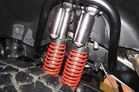 足まわりには、ひとつの車輪につき2組のダンパーとスプリングが備わる「ツインサスペンション」が採用される。