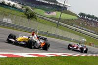 2005-06年のマレーシアGPウィナー、ルノーはかつての輝きを見せられず。ヘイキ・コバライネン11位、ジャンカルロ・フィジケラ12位と中段からスタート。それでもレースでは持ち直し、フィジケラ(左)はトヨタのヤルノ・トゥルーリ(右)を従えて6位、その後ろでコバライネンが8位でゴールし、Wポイント獲得に成功した。(写真=Renault)