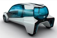 リアビュー。ホイールは車体の四隅にあり、それぞれに駆動用モーター(インホイールモーター)が備わっている。