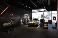AMG東京世田谷の展示スペースは2階建てで国内最多の8台のモデルが展示される。