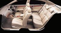 インテリアには、「カフェラテ」と呼ばれるベージュのモケットほか、本革仕様には「エクリュ」「カフェラテ」「ブラック」が用意される。リアドアを、半ドア状態から自動的に閉める「オートクロージャー」「後席パワースライド」「助手席リラックスシート(バイブレーター付)」、ボタン操作でトランクの開閉が可能な「トランクオート開閉機構」など、ショファードリブンを考慮した装備も豊富だ。
