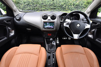 ハンドル位置は右のみ。ポルトローナ・フラウのレザーシートが標準で装備される。試乗車のシートカラーは「ナチュラル」。