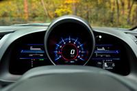 デジタルのメーター値は、走行視界との焦点差を減らすべく、奥の方に浮かび上がるように表示される。
