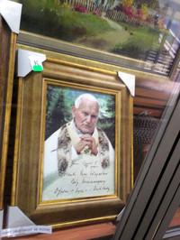 ポーランド人といえば前ローマ教皇ヨハネ・パウロ2世も。地下街の商店にて。