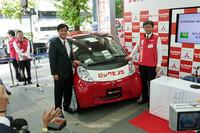 ビックカメラの宮嶋宏幸社長(写真右)と三菱自動車の益子修社長(写真左)。