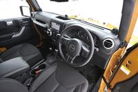 度重なる改良によって、デビュー時よりも大幅に洗練されたインテリア。それでも、助手席側ダッシュボードの手すりなど、各所に本格オフローダーならではの装備やデザインが見られる。