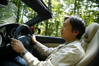 SLK200コンプレッサを運転する自動車ジャーナリストの生方聡。ヘッドレストには、首回りを暖めるエアスカーフが備わるが、このモデルでは本革シートとセットオプションとなる。