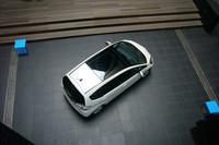 今回のテスト車「スマートセレクション」は、写真の巨大サンルーフ「スカイルーフ」もオプションで選択できる。