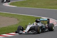 前戦マレーシアGPでのエンジンブロー、痛恨のリタイアからわずか数日、ハミルトンは2年連続で勝利をおさめている鈴鹿サーキットで再起を図ったものの、調子を取り戻せないまま終わった。予選ではロズベルグに遅れること0.013秒で2位。「デグナー」「ヘアピン」などの中間セクションでの遅れが目立った。決勝では、スタートでまたも出遅れ、8番手から挽回し3位でゴール。ロズベルグとのポイント差は33点に拡大した。公式会見中にはSNSをアップ、それを批判的に伝えたメディアとギクシャクした関係になるなど、コースの内外で落ち着きのない週末となった。(Photo=Mercedes)
