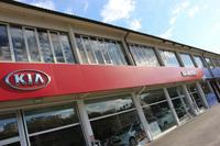 こちらは、キア、プジョー、シトロエン、ボルボの4ブランド(!)をひとつ屋根の下に扱う、シエナのバッチモータース。お客さま専用駐車場に一番近いのはキアのショールーム。上の階はパーツ庫として用いられている。