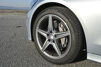 18インチのAMG5スポークアルミホイールが標準で装着される。ちなみに標準車は16インチで、「アバンギャルド」は17インチ。