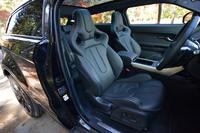 ヘッドレスト一体型のオックスフォードレザースポーツバケットシート。オプション「DYNAMIC PLUSパック」に含まれる。