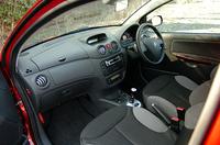 赤いボディカラーに組みあわせられる内装は、グレーのシートサイドサポート、ドアトリムに、赤いドアハンドル、シフトノブ。