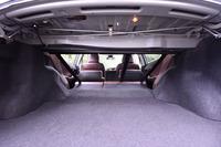 後席は、ダブルフォールディングの可倒式。前方に折りたたむことで荷室の容量を拡大できる。写真は、荷室側からキャビン内部を見た様子。