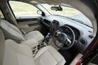 ステアリングやインパネのデザインは、姉妹車の「パトリオット」と基本的に同じ。