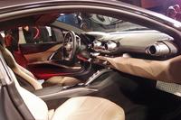 水平基調のダッシュボードが与えられたインテリア。スペシャルモデル「ラ フェラーリ」と共通のイメージでデザインしたとアピールされる。