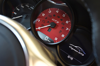 赤く塗られたタコメーター。「GTS」のドレスアップは、ブラックとレッドのコントラストがポイントだ。