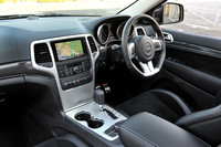 """インパネやドアに貼られたカーボンのパネルが""""レーシー""""な雰囲気を演出。トランスミッションは引き続きメルセデスと技術資産を共有する5段AT(W5A580型)。ステアリングにシフトパドルを持つ。"""
