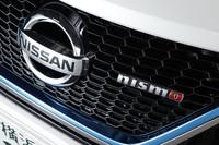 日産の電動パワートレイン搭載車であることを示すブルーのアクセントカラーに、「nismo」のバッジ。今回のテスト車は、NISMOがチューニングを施したハイブリッドコンパクト「日産ノートe-POWER NISMO」である。