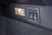 オプションを選択したテスト車の荷室には、後席の電動リクライニング&電動格納用スイッチが備わる。後席や前席からも同様の操作ができる。