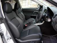 「2.0GT spec.B」のシートは、運転席が8Wayのパワーシートを装着、ランバーサポートやアームレストも備わる。試乗車は、オプションの本革仕様(ヒーター付き)だった。