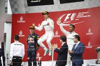 F1第17戦日本GPを制したメルセデスのニコ・ロズベルグ(中央)、2位でゴールしたレッドブル・タグ・ホイヤーのマックス・フェルスタッペン(左)、3位に入ったメルセデスのルイス・ハミルトン(右)。(Photo=Mercedes)