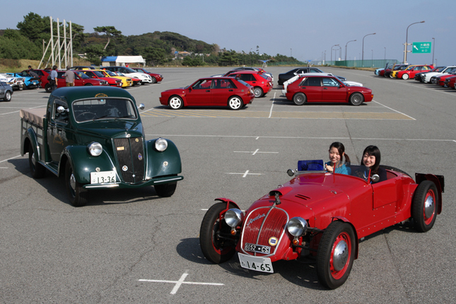 右側は1949年「アルデア・スポルト」。戦前の39年から53年まで作られた、V4エンジン搭載の小型サルーン「アルデア」をベースとするワンオフのスペシャルである。50年、51年のミッレミリアとタルガ・フローリオに出走歴があり、イタリアはブレシアにあるミッレミリア博物館の展示車だったという。左側は「アルデア・ピックアップ」。1982年から98年までランチアの正規輸入代理店を務め、その後も長らくランチアを扱っていたガレーヂ伊太利屋のデモカーである。