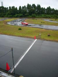 今回参加したのは、20年も続くプライベーターの走行会「アバルトカップ」。1万円+程度の費用で、本格的なタイムアタックに参加できる。 競技の舞台は、千葉県山武市の「ナリタモーターランド」。ヤマハが設計を手がけた1周800mの(元)カート用コースに、この日は37台のエントラントが集まった。