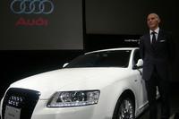 アウディジャパンのドミニク・ベッシュ社長と、同日発表された「アウディA6」。