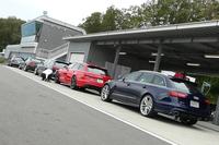 ピットレーンのわきに並べられたグレー、レッド、ブルーの「RS 6アバント」その前の「S5 クーペ」は、アウディ主催のドライビング講習「アウディドライビングエクスぺリエンス」のインストラクターが運転する先導車だ。