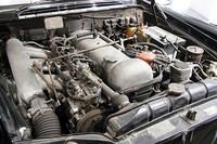 ボッシュの機械式ポートインジェクションを備えた直6SOHC2996ccエンジンは、ディーゼルエンジンかと見まごう。最高出力160ps/5000rpm、最大トルク25.6kgm/3800rpmを発生した。右前方のフィンが刻まれたラジコン用エンジンのようなものは、エアサス用のコンプレッサー。
