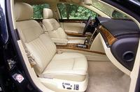 W12の前席には、18wayのパワーシートが、ほかのモデルには12wayが装備される。