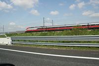 「太陽の道」では、たびたび高速鉄道と並行して走る。写真の列車は「Freccia rossa(フレッチャロッサ)号」。フレッチャロッサとは「赤い矢」。イタリア版レッドアロー号である。