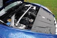 吸排気系の見直し、特に専用エグゾーストシステムの採用により、10psのパワーアップと2kgmのトルク増をはたした4.7リッターV8ユニット。ドライブしてうれしいのは、パワーアップより混じり気のないフィーリングだ。