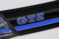 """2014年3月のジュネーブモーターショーで世界初公開されたPHVの「ゴルフGTE」。ガソリンの「GTI」、ディーゼルの「GTD」に続く""""ゴルフGTシリーズの3番目のモデル""""とうたわれる。"""