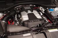 エンジンは、自然吸気の2.8リッターV6と、スーパーチャージャー付きの3リッターV6(写真)が用意される。