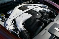最新バージョンに進化した6リッターV12エンジン。改良型ブロックや新しいヘッド、スロットルボディーの拡大などにより、573psの出力と63.2kgmのトルクを発生させる。