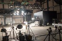衝突試験場の様子。高速度撮影のため、映画の撮影セットのように明るい。