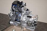 新開発の1.2リッター直3「HR12DE」エンジン。右下に見えるのは、副変速機を付けたことによりコンパクト化を実現した、新型の「エクストロニックCVT」。