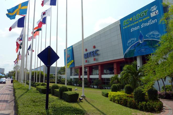 「バンコク国際モーターショー」の会場となる「BITEC(バンコク・インターナショナル・トレード&エキシビジョンセンター)」は、タイ・バンコクの中心部からクルマで約30分(スンナプーム空港からクルマで約15分)ほどの場所にあります。東南アジア最大のモーターショーで、雰囲気は「東京モーターショー」と「東京オートサロン」を足して2で割った感じ。毎年160万人ものひとが押し寄せるそうです。