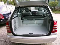 先代ワゴンは、欧州におけるCクラス販売台数の約3分の1、1996年からの累計25万台と、大きな成功を収めた。新型ワゴンは、2001年9月から、まず北米で販売が開始される。エンジンは豊富で、2リッター、同コンプレッサーの直4、2.6、3.2リッター(218ps)のV6ほか、3種類のディーゼルユニットがラインナップされる。