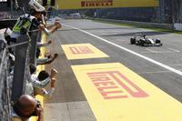 レース序盤こそキャッチアップに時間を費やしたが、モンツァでのハミルトンには一日の長があった。5月のスペインGP以来となる久々のポールポジション、宿敵ロズベルグを追いつめたレース中盤、そしてトップを奪ってからの突き放し……いずれも勝者にふさわしい内容だった。(Photo=Mercedes)