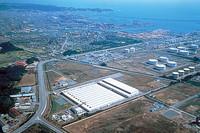 上空から見た、日産いわき工場。正規の生産を始めた1994年以来、日産の国内工場の中で唯一のV6エンジン製造拠点となっている。昨年1年間の生産実績は約37万台。月に約3万台を生産する。 (写真=日産自動車)
