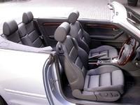"""これは黒革内装。A4は、シート、樹脂類とも、しっとりした""""いい黒""""が使われる。横転の際には、1000分の1秒でリアシート背後に2本のプロテクトバーが飛び出す。風の巻き込みを防ぐウィンドウディスレクターは、前席バックレストの後ろに装着する。"""