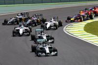 スタートでトップを守ったロズベルグ。予選2位のハミルトン、3位のフェリッペ・マッサらがターン1を抜けていく。(Photo=Mercedes)